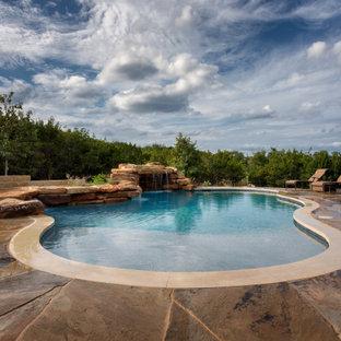 Modelo de piscina rural con adoquines de piedra natural