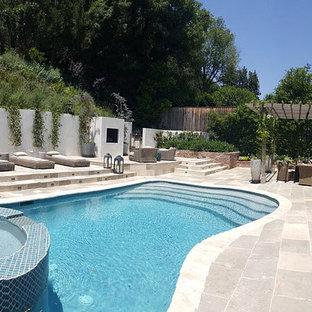 Modelo de piscinas y jacuzzis elevados, vintage, tipo riñón, en patio trasero, con suelo de baldosas