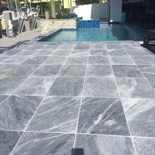 Diseño de piscinas y jacuzzis minimalistas, de tamaño medio, a medida, en patio trasero, con adoquines de ladrillo
