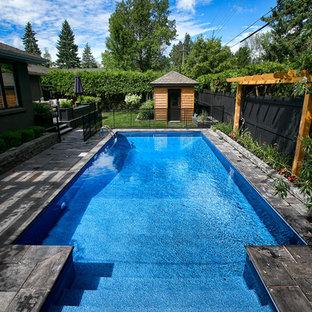 Ejemplo de piscina asiática, pequeña, rectangular, en patio trasero, con suelo de baldosas