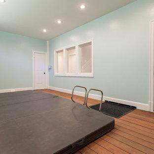 Imagen de piscinas y jacuzzis de estilo americano, interiores y rectangulares, con entablado