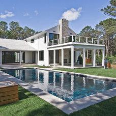 Modern Pool by Plum Builders, Inc.