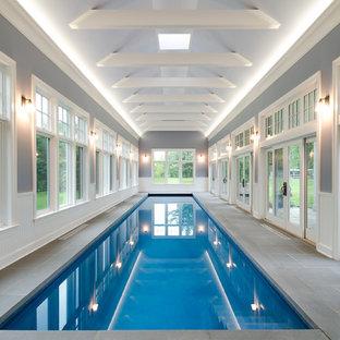 ニューヨークのトラディショナルスタイルのおしゃれな屋内プールの写真