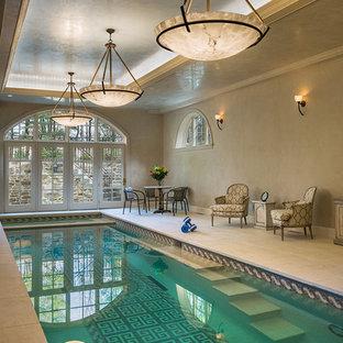 Réalisation d'une piscine intérieure tradition rectangle avec du carrelage et un bain bouillonnant.