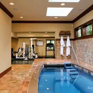 Ejemplo de casa de la piscina y piscina actual rectangular y interior