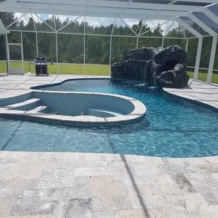 Diseño de piscina con fuente grande, interior y a medida, con granito descompuesto