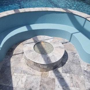 Foto de piscina con fuente grande, interior y a medida, con granito descompuesto