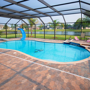 Modelo de casa de la piscina y piscina grande, tipo riñón y interior, con adoquines de ladrillo