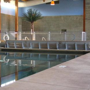 Foto de casa de la piscina y piscina tradicional, grande, rectangular y interior, con granito descompuesto