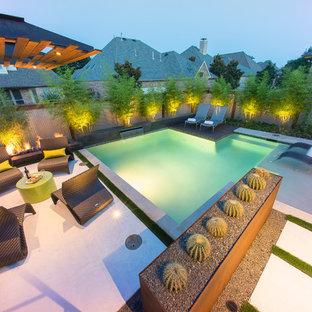Modelo de piscina de estilo zen, pequeña, rectangular, en patio trasero, con losas de hormigón