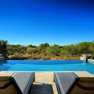 Modelo de piscinas y jacuzzis infinitos, contemporáneos, de tamaño medio, rectangulares, en patio trasero