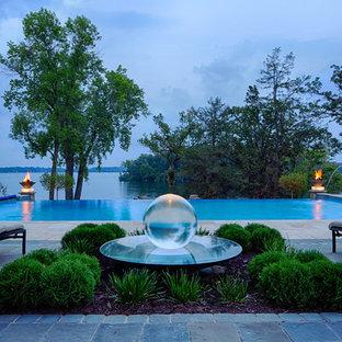 Foto di un'ampia piscina contemporanea dietro casa con una dépendance a bordo piscina e pavimentazioni in mattoni