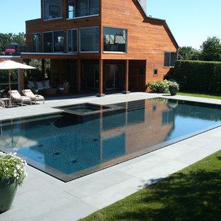 Modelo de piscinas y jacuzzis contemporáneos, a medida, con adoquines de piedra natural