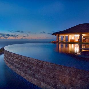 Diseño de piscina con fuente infinita, exótica, extra grande, a medida, en patio trasero, con suelo de baldosas