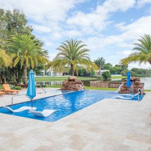 Diseño de piscinas y jacuzzis infinitos, exóticos, grandes, rectangulares, en patio trasero, con adoquines de piedra natural