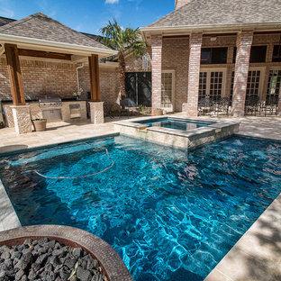 Ejemplo de piscinas y jacuzzis infinitos, de tamaño medio, rectangulares, en patio trasero, con suelo de hormigón estampado