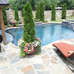 Ejemplo de piscinas y jacuzzis alargados, actuales, de tamaño medio, a medida, en patio trasero, con adoquines de piedra natural