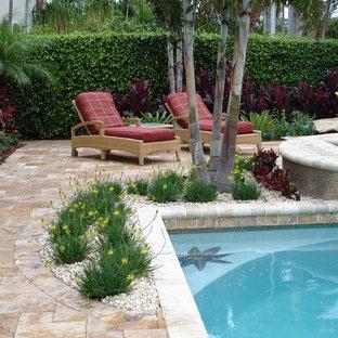 Imagen de piscinas y jacuzzis infinitos, tropicales, de tamaño medio, rectangulares, en patio trasero, con adoquines de piedra natural