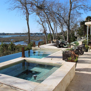 Diseño de piscinas y jacuzzis elevados, tropicales, de tamaño medio, rectangulares, en patio trasero, con suelo de baldosas