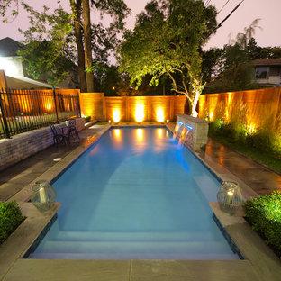 Diseño de piscina con fuente natural, moderna, de tamaño medio, rectangular, en patio trasero, con adoquines de hormigón