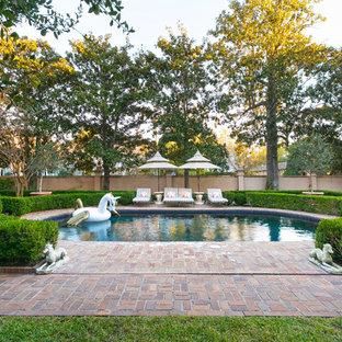 Diseño de piscina clásica, redondeada, en patio trasero, con adoquines de ladrillo