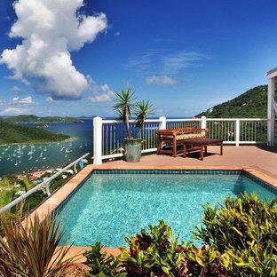 Diseño de piscina exótica, de tamaño medio, rectangular, en patio, con entablado