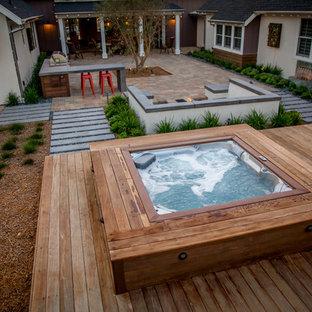 Idée de décoration pour une petit piscine sur une terrasse en bois hors-sol et arrière design rectangle avec un bain bouillonnant.