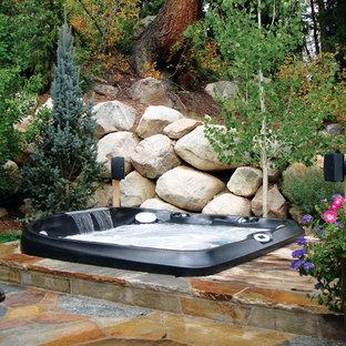 Diseño de piscinas y jacuzzis elevados, tropicales, pequeños, rectangulares, en patio trasero, con adoquines de piedra natural