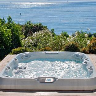 Idee per una piccola piscina fuori terra tropicale rettangolare dietro casa con una vasca idromassaggio e pedane