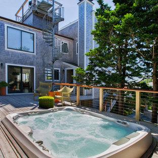 Diseño de piscinas y jacuzzis elevados, urbanos, pequeños, rectangulares, en patio trasero, con entablado