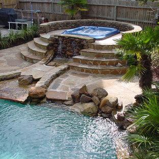 Diseño de piscinas y jacuzzis elevados, exóticos, de tamaño medio, rectangulares, en patio trasero, con entablado