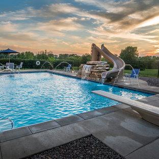 Diseño de piscina con fuente alargada, rústica, de tamaño medio, rectangular, en patio trasero, con losas de hormigón