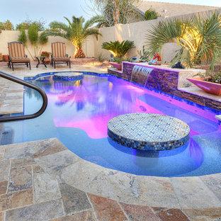 フェニックスの小さいオーダーメイドサンタフェスタイルのおしゃれな裏庭プール (天然石敷き) の写真