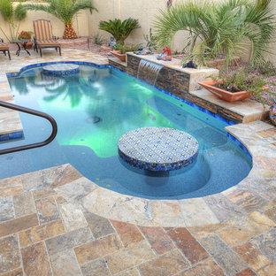 Modelo de piscina con fuente de estilo americano, pequeña, a medida, en patio trasero, con adoquines de piedra natural