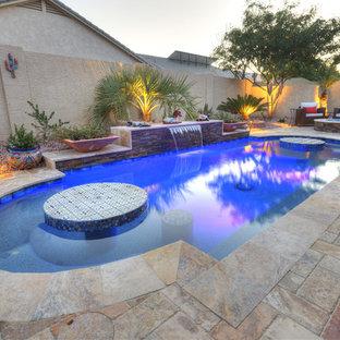 Idee per una piccola piscina stile americano personalizzata dietro casa con fontane