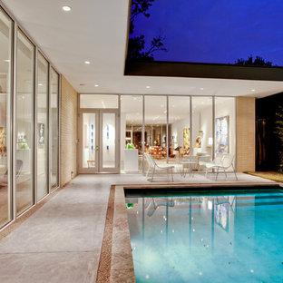 Diseño de piscina retro, de tamaño medio, rectangular, en patio, con losas de hormigón