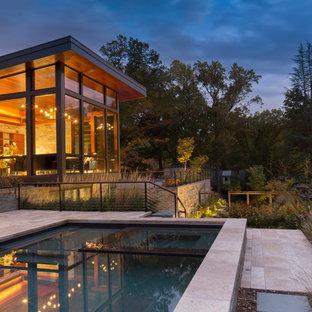 Imagen de piscina infinita, moderna, pequeña, rectangular, en patio delantero, con adoquines de piedra natural