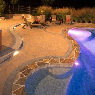 Diseño de piscina con fuente natural, clásica, pequeña, tipo riñón, en patio trasero, con adoquines de hormigón