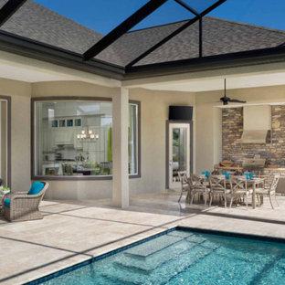 Diseño de piscinas y jacuzzis alargados, tradicionales, de tamaño medio, rectangulares, en patio trasero, con suelo de baldosas