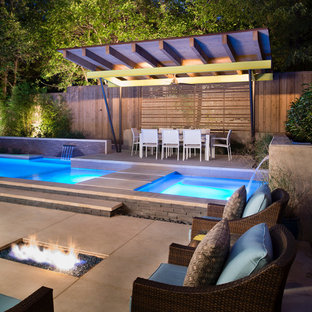 Diseño de piscinas y jacuzzis modernos, de tamaño medio, rectangulares, en patio trasero, con losas de hormigón