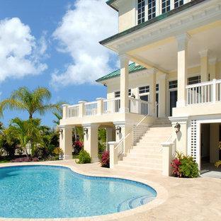 Idées déco pour une piscine exotique en forme de haricot avec des pavés en pierre naturelle.