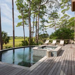 Esempio di una piscina stile marino personalizzata con una vasca idromassaggio e pedane