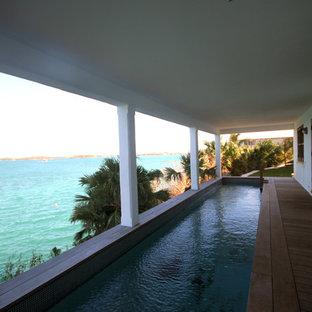 Idee per una grande piscina monocorsia tropicale rettangolare sul tetto con pedane