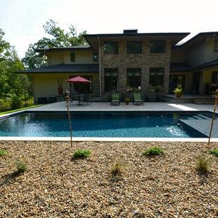 Diseño de piscina alargada, contemporánea, grande, rectangular, en patio trasero, con gravilla