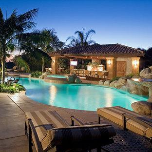 Diseño de piscinas y jacuzzis naturales, tropicales, grandes, a medida, en patio trasero, con losas de hormigón