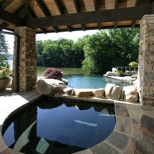 Imagen de piscinas y jacuzzis infinitos, de estilo americano, grandes, a medida, en patio trasero, con adoquines de piedra natural