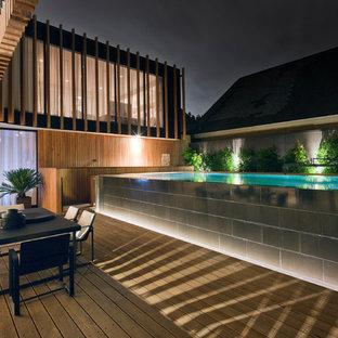 Imagen de piscina elevada, contemporánea, grande, rectangular, con entablado