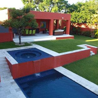 Cette image montre une piscine design rectangle avec un bain bouillonnant.