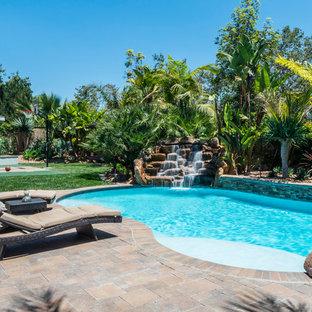 Diseño de piscina con fuente mediterránea, tipo riñón, en patio trasero