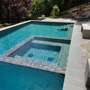 Imagen de piscina alargada, minimalista, extra grande, rectangular, en patio trasero, con adoquines de hormigón